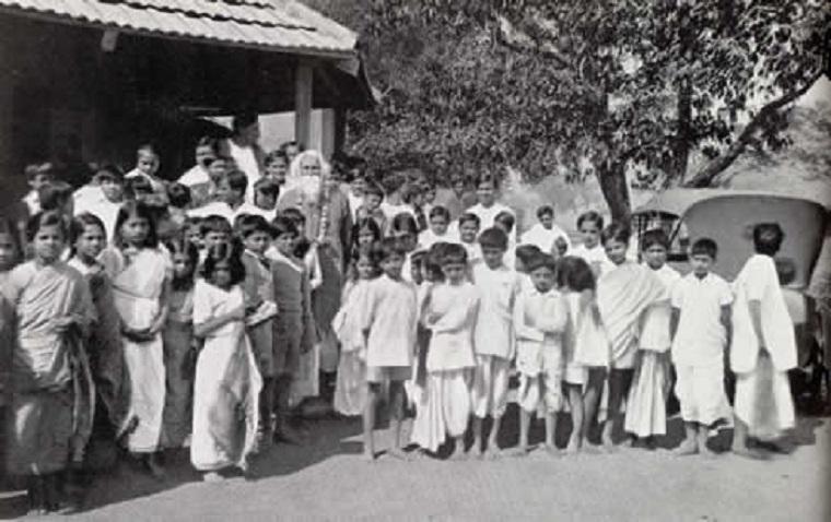 Tagore con escolares de su escuela de Santiniketon