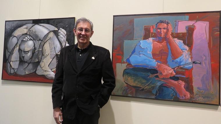 Víctor Barba ante sus obras