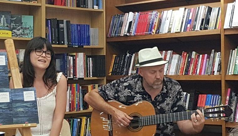 Ricardo Virtanen interpretando alguno de sus poemas