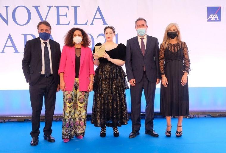 De izquierda a derecha: José Creuheras (Presidente de Grupo Planeta), Olga Sánchez (Presidenta Fundación AXA), la ganadora Alaitz Leceaga,  Juan Espadas (Alcalde de Sevilla) y Patricia del Pozo (Consejera de Cultura y Patrimonio de la Junta de Andalucía).
