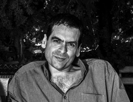 """Entrevista a Juan Ramón Biedma: """"La (buena) novela negra se caracteriza por su capacidad de adaptación al mundo que está obligada a reflejar"""""""