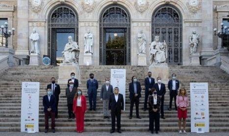 Foto de familia de representantes de las industrias culturales con el ministro del ramo