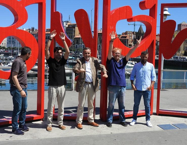 Los ganadores de los premios de la Novela Negra de Gijón estaban tan contentos que decidieron hacer la ola