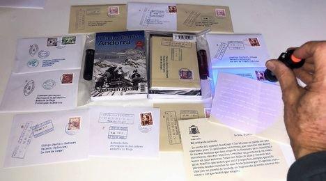 Mensajes ocultos en cartas secretas y una linterna UV para descifrarlos en