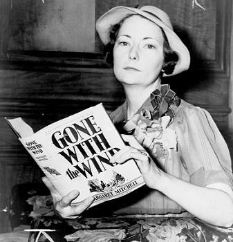 La escritora Margaret Mitchell con un ejemplar de su obra