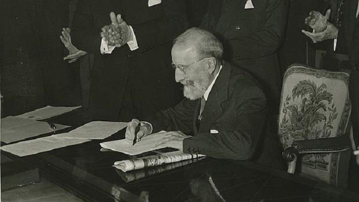 Menéndez Pidal firmando la cesión del Cantar de mío Cid a la Biblioteca Nacional