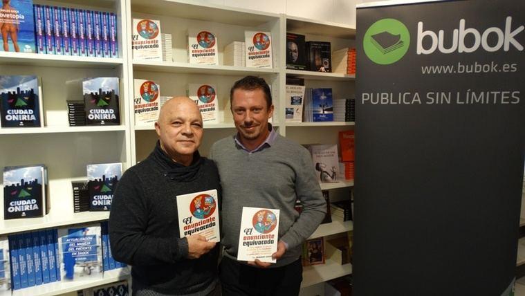 José Luis Delgado Guitart (izq.) y Sergio Mejías (drcha.) en la Librería Bubok