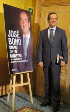 José Bono con su libro (Fotos: José Belló Aliaga)