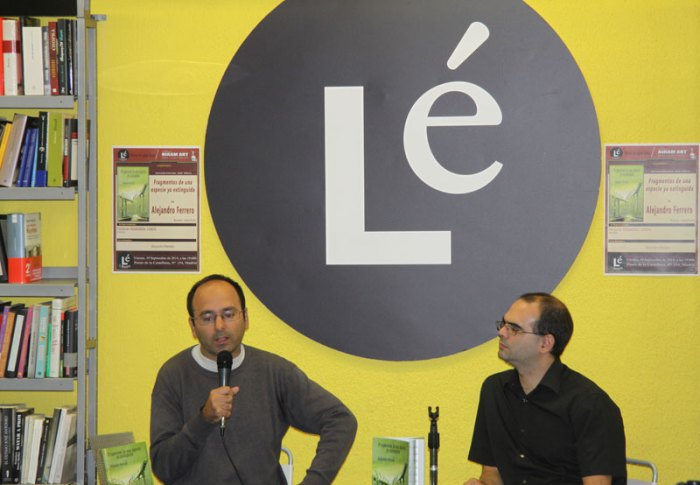 El autor, Alejandro Ferrero, con Fernando Podadera Cobos, cuando �Fragmentos de una especie ya extinguida�, fue presentado en la Librer�a L�, en el Paseo de la Castellana, n� 154, de Madrid