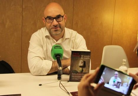"Jordi Llobregat presenta su primera novela ""El secreto de Vesalio"""