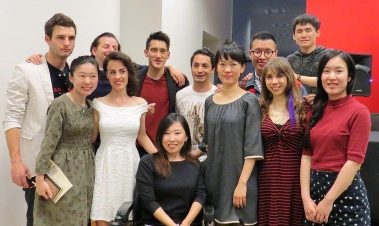 Yingxin Ma, sentada, con parte del equipo técnico y artístico del cortometraje 'Una muerte anunciada'