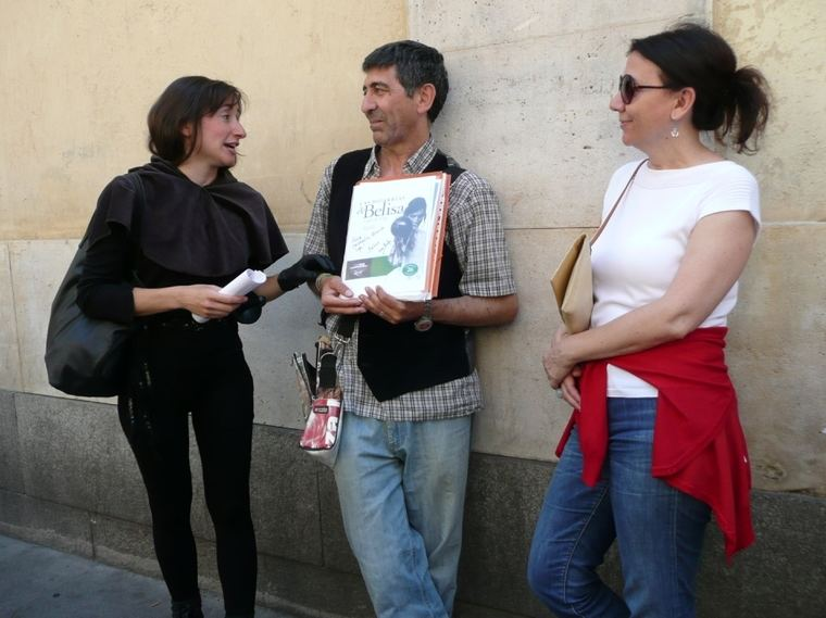 Juan Carlos González rodeado de asistentes al acto