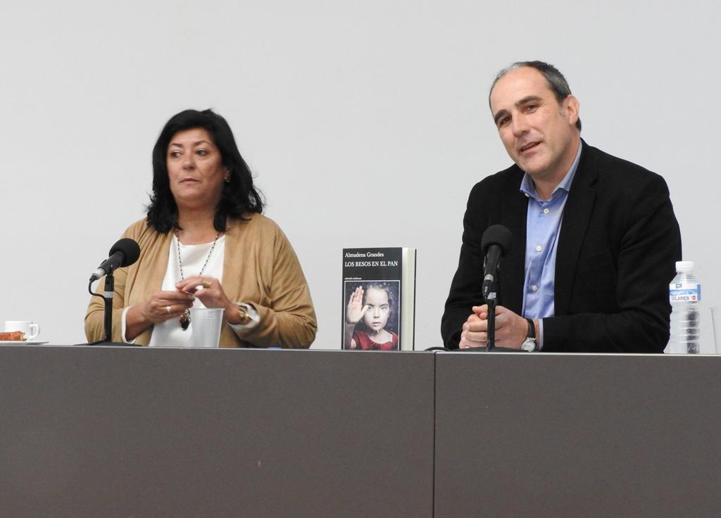 """Almudena Grandes presenta su nueva novela, """"Los besos en el pan"""""""