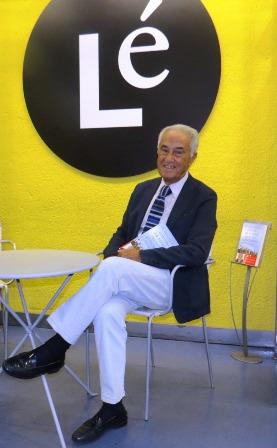 El autor con su obra, en librería Lé, en Paseo de la Castellana 154
