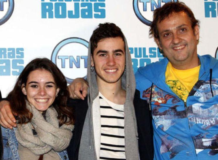 Albert Espinosa junto a dos protagonistas de 'Pulseras rojas'