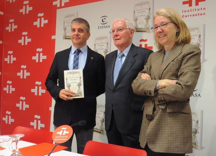 El autor, Francisco Moreno, con su obra; Víctor García de la Concha, Director del Instituto Cervantes y Ana Rosa Semprún, Directora General de Espasa
