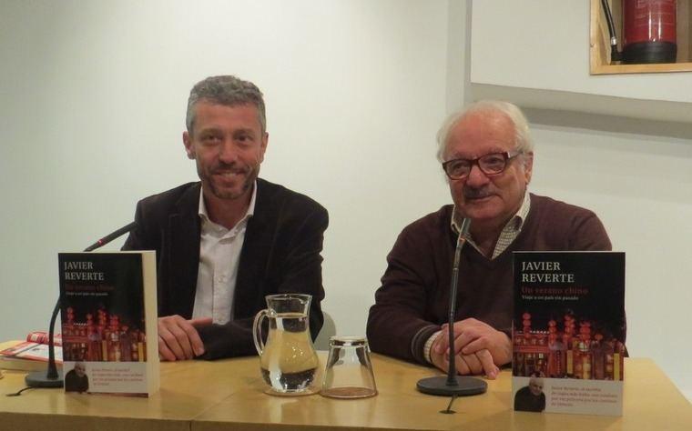 David Trías, editor de Plaza & Janés, y Javier Reverte