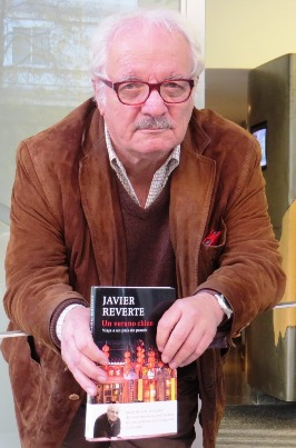 Javier Reverte con su libro