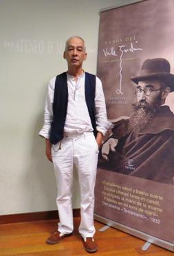 El autor junto a su obra