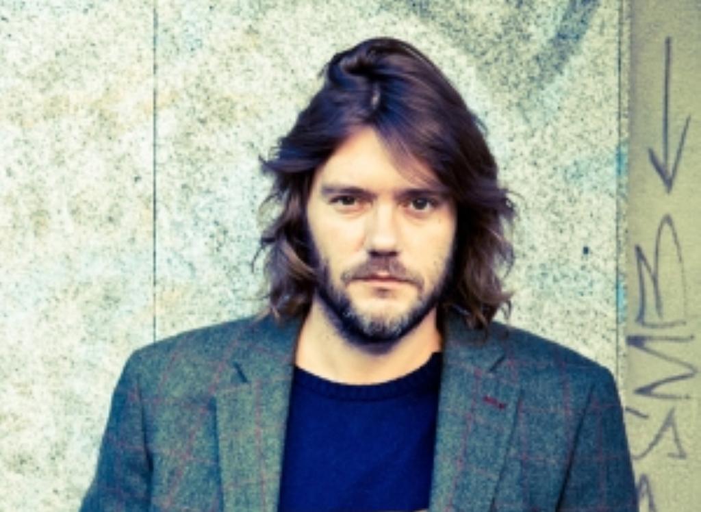 El cantautor Luis Ramiro presenta su poemario 'Rojo Chanel'