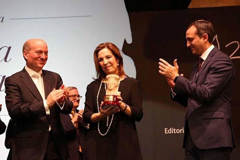La escritora Reyes Calderón gana el Premio Azorín de Novela 2016 con 'Dispara a la luna'