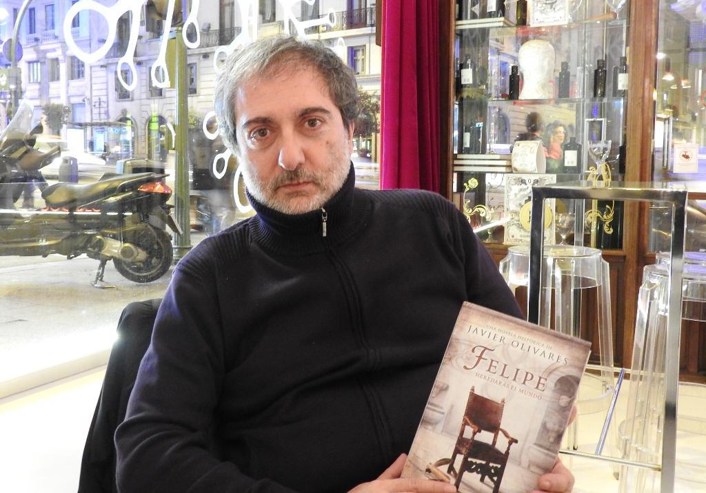 "Entrevista a Javier Olivares, autor de ""Felipe. Heredarás el mundo"""