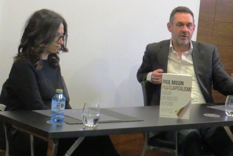Elisabet Navarro Sánchez , Editora Ejecutiva de Paidós-Zenith y Paul Mason durante la rueda de prensa