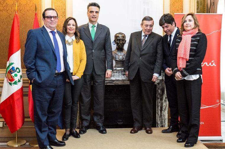 Foto de familia tras descubrir el busto del inca Garcilaso de la Vega