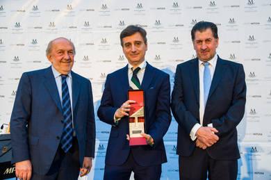 Carlos Fern�ndez Salinas recibiendo el premio
