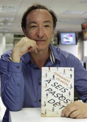 Fernando Olmeda con su libro