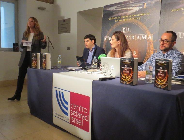 De pié, la Directora de Ficción de Editorial Planeta, Raquel Gisbert, junto a Joaquín Duro Arribas, Ana López Martín y Jesús Mejías