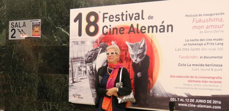 La prestigiosa cineasta Doris Dörrie junto al cartel de la película