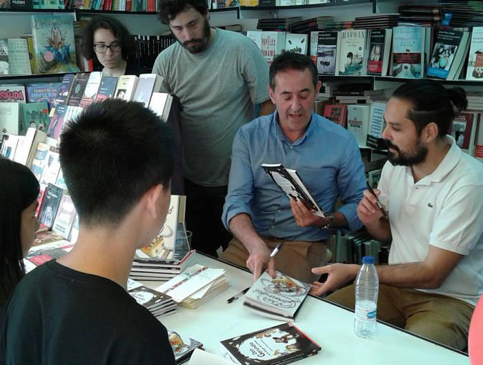 Mariano Velasco y Francisco Poyatos firmando ejemplares