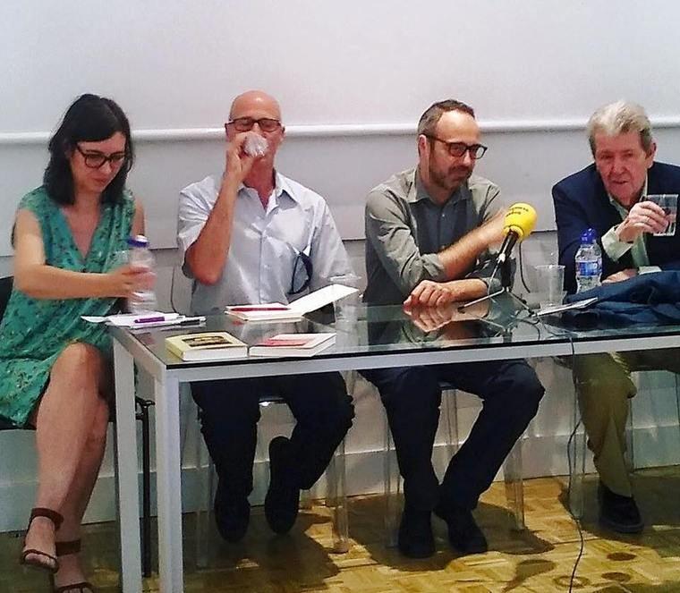 Niccolò Ammaniti entre los presentadores de su libro
