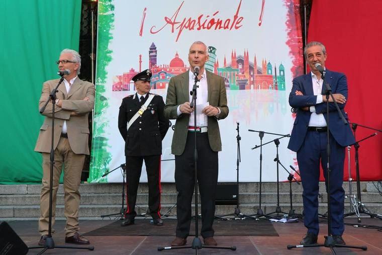 Salutación a los asistentes del Embajador Stefano Sannino, acompañado con Marco Pizzi (derecha) y Cosimo Guardino (Izquierda)