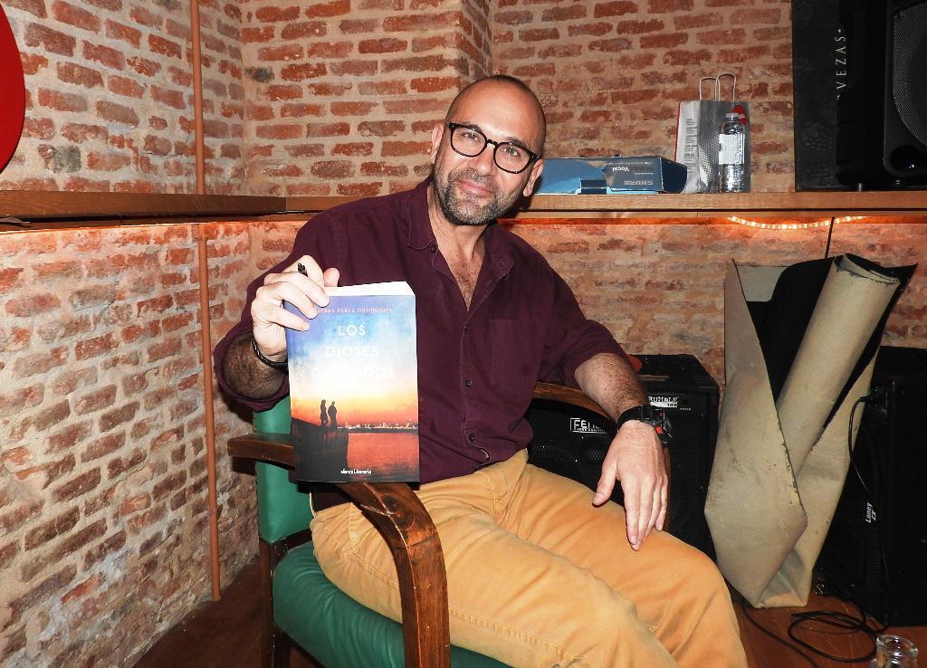 """Entrevista a Andrés Pérez Domínguez, autor de """"Los dioses cansados"""""""