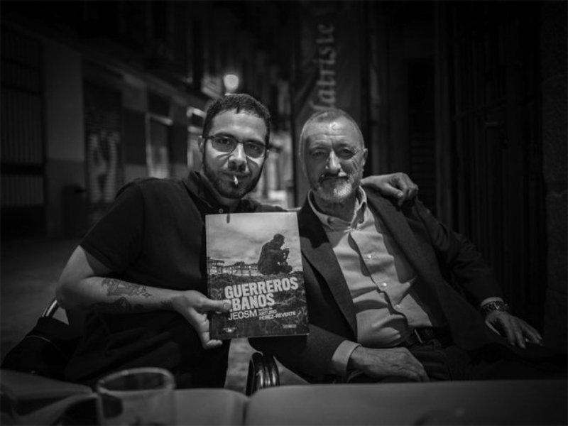 """Arturo Pérez-Reverte y JEOSM presentan """"Guerreros urbanos"""" en la librería La Fábrica"""