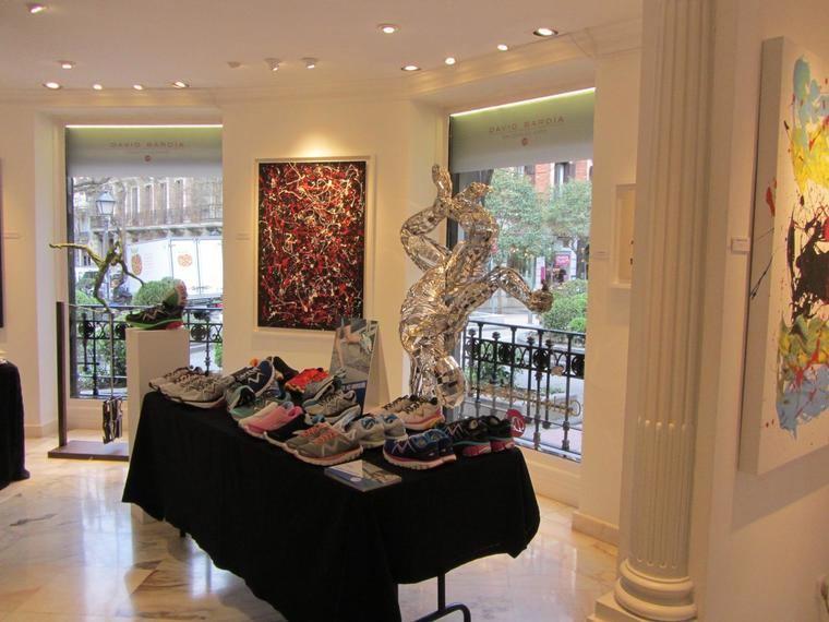 La nueva colección Primavera- Verano 2016 de Calzados MBT, se ha presentado en el incomparable marco de la Galería de arte David Bardía, situada en la madrileña calle Villanueva número 40, en la que exponen actualmente el pintor Royo Ubieto y el escultor Julio Nieto