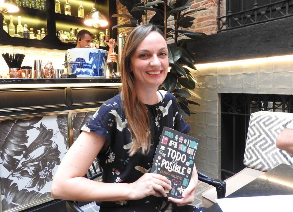 """La joven escritora Carmen Pacheco presenta su primera novela, """"Todo lo posible"""""""