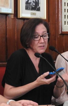 Isabel Bono y su móvil