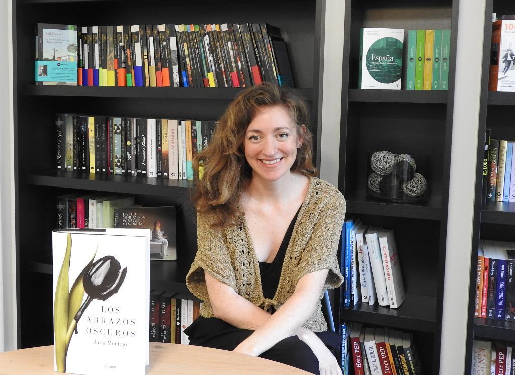 """Entrevista a Julia Montejo, autora de """"Los abrazos oscuros"""""""