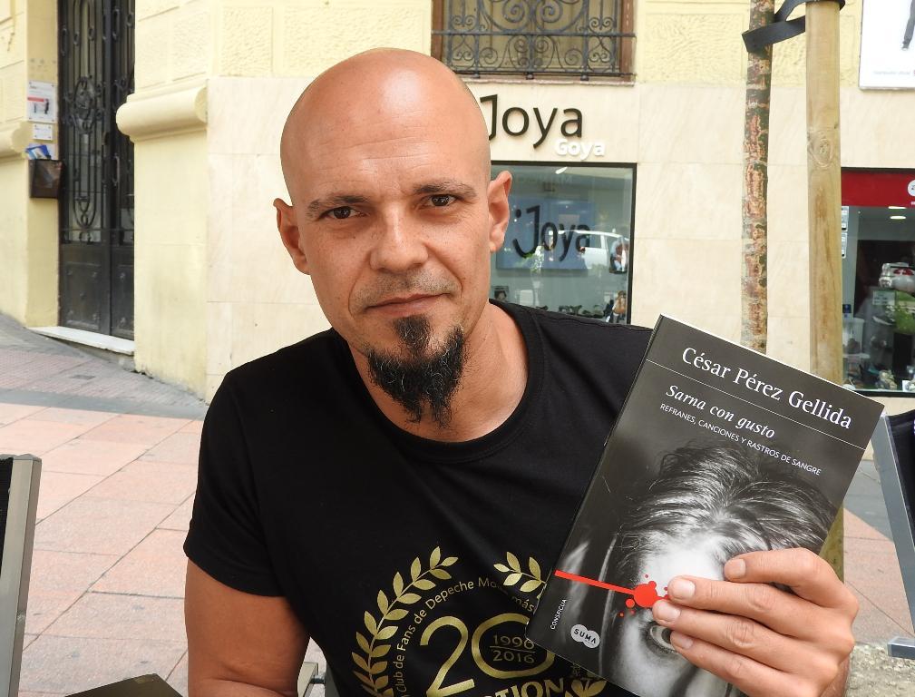 """Entrevista a César Pérez Gellida, autor de """"Sarna con gusto"""""""