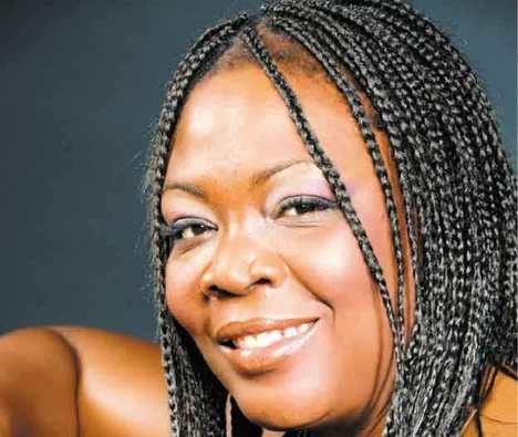 La escritora guineana Victoria Evita Ika presenta su libro
