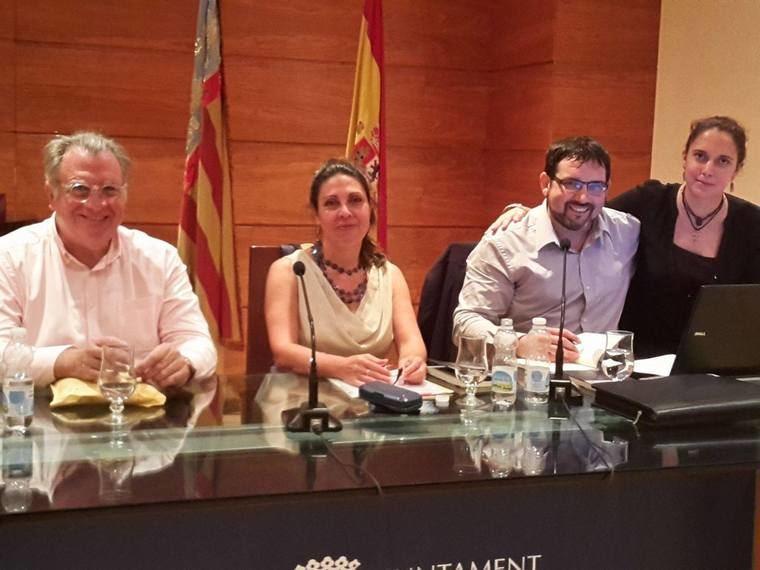 José Antonio Olmedo rodeado de los presentadores al acto