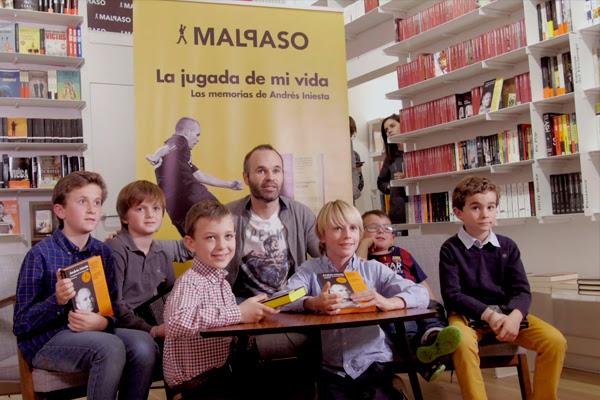 Andrés Iniesta rodeado de niños