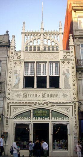 La fachada de estilo neogótico es impresionante por sí sola, pero además por la ventana y las dos figuras que la flanquean. Se trata de un par de pinturas del profesor José Bielman que simbolizan, una, el arte, por medio de una escultura, y la otra la Ciencia, que exhibe uno de los símbolos de la antropología