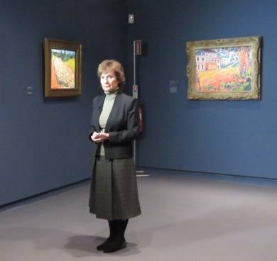 La comisaria de la exposici�n, Mar�a Teresa Oca�a, atendiendo a los medios de prensa