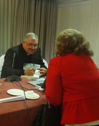 El padre Juan Solana L.C. firmando libros