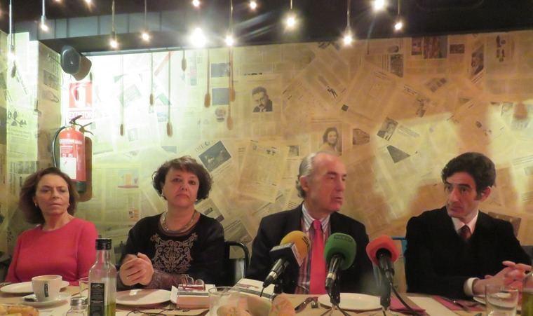 De izquierda a derecha, Ana Gavín, directora de la Fundación José Manuel Lara; Rafi Valenzuela, viuda del poeta Eduardo García; Luis Alberto de Cuenca, académico y poeta;  e Ignacio Garmendia, editor de la Fundación José Manuel Lara