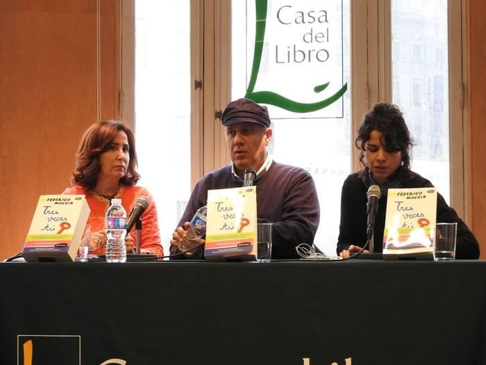 Federico Moccia entre la traductora y su editora española